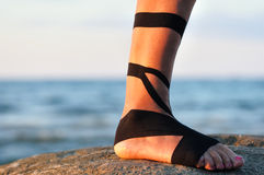 Нога с черной physio лентой Стоковое Фото