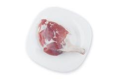 Нога цыпленка на плите стоковое фото rf