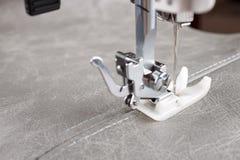 Нога швейной машины и деталь одежды стоковая фотография rf