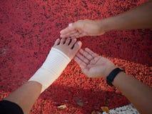 Нога Hurted с руками удерживания стоковые изображения rf