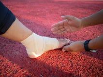 Нога Hurted с руками удерживания стоковые фото