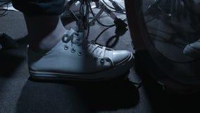 Нога ` s барабанщика играя аппаратуры сток-видео