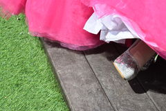 Нога ` s невесты в ботинке и пинке Стоковое Фото