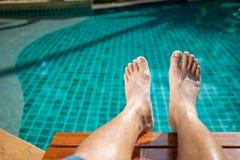 Нога ` s человека на вилле бассейна Стоковые Фото