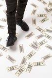 Нога ` s людей шагая на 100 долларовые банкноты на поле Серия mone стоковое фото rf