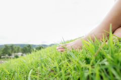 Ноги азиатской женщины ослабляя Стоковые Фото