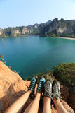 Ноги альпинистов утеса на утесе горы взморья Стоковое фото RF