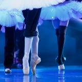 Ноги балерины на этапе на репетиции балета Стоковые Изображения