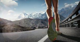 Ноги бегуна бежать на дороге Стоковое Изображение RF