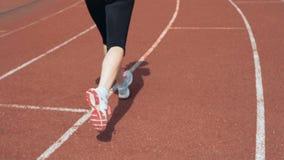 Ноги бегуна бежать на стадионе акции видеоматериалы