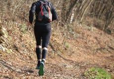 ноги бегуна во время страны участвуют в гонке в середине fo Стоковые Изображения