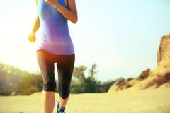 ноги бегуна женщины бежать на горной тропе Стоковые Изображения RF