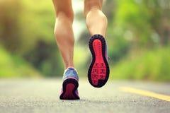 Ноги бегуна женщины фитнеса бежать на лесе отстают стоковое фото