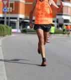 Ноги бегуна пока он бежит на гонке марафона Стоковая Фотография RF