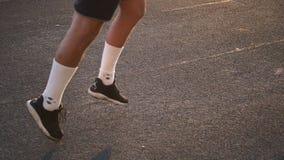 Ноги бегуна спортсмена смешанной гонки в белых носках бежать на крупном плане третбана на ботинке видеоматериал