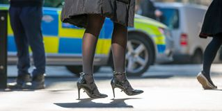 Ноги бизнесменов идя в город Лондона Занятая концепция современной жизни Стоковые Фотографии RF
