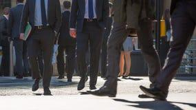 Ноги бизнесменов идя в город Лондона Занятая концепция современной жизни Стоковая Фотография