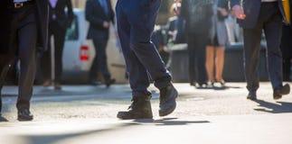 Ноги бизнесменов идя в город Лондона Занятая концепция современной жизни Стоковые Фото