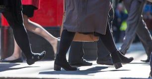 Ноги бизнесменов идя в город Лондона Занятая концепция современной жизни Стоковая Фотография RF