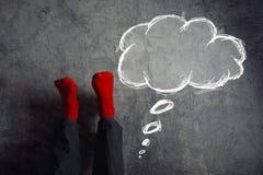 Ноги вверх по стене, кладя ноги вверх с думают воздушный шар Стоковая Фотография RF