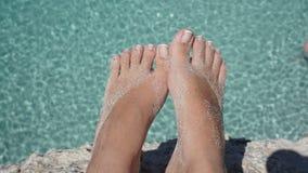 Ноги выше вода бирюзы Стоковые Изображения RF