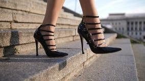 Ноги в высоких пятках шагая - вниз лестницы в городе видеоматериал