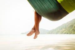 Ноги в гамаке стоковые фотографии rf