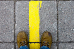 Ноги в желтых ботинках на мостоваой Стоковые Изображения