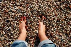 Ноги в камушках Стоковое Фото