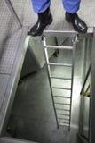 Ноги в калошах на лестнице металла Стоковая Фотография RF