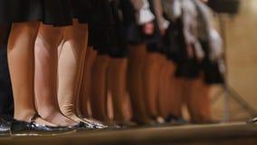 Ноги в колготки девушки - дети choir - репетиция академичной песни Стоковая Фотография RF