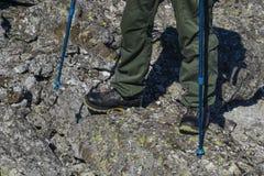 Ноги в пеших ботинках в естественном ландшафте стоковые изображения rf