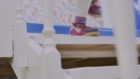 Ноги в розовых сандалиях, который побежали вверх и вниз белой лестницы игрушки, конец-вверх детей сток-видео