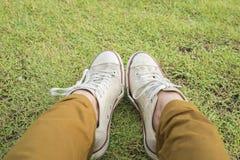 Ноги в тапках в зеленом цвете Стоковые Изображения