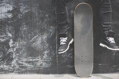 Ноги в тапках на скейтборде Стоковая Фотография RF