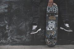 Ноги в тапках на скейтборде Стоковые Фотографии RF