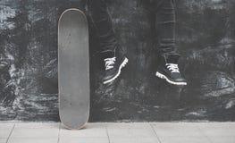 Ноги в тапках на скейтборде Стоковое фото RF
