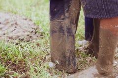 Ноги в тинном стоять родителя и детей Стоковые Фотографии RF