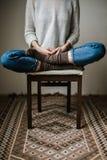 Ноги в шерстяных носках Женщина расслабляющая с чашкой горячего питья и нагревать ее ноги в шерстяных носках Стоковое Фото