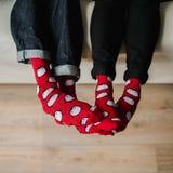 Ноги в шерстяных носках Спарите ослаблять с чашкой горячего питья и нагревать их ноги в шерстяных носках Стоковая Фотография RF