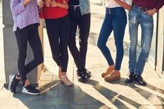 Ноги группы в составе вскользь молодые люди стоковое изображение rf