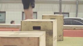 Ноги группы людей скача на стенд акции видеоматериалы