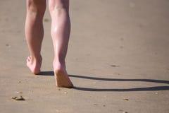 Ноги гуляя вдоль пляжа Стоковая Фотография RF