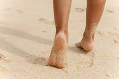 Ноги девушек бежать на пляже с белым песком стоковое фото rf