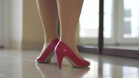 Ноги девушки в ботинках сток-видео