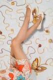 Ноги девушки Девушка носит чулки в коробке низко Стоковое Изображение RF