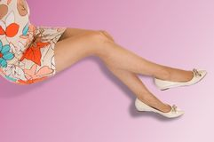 Ноги девушки Девушка носит чулки в коробке низко Стоковая Фотография RF