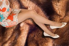 Ноги девушки Девушка носит чулки в коробке низко Стоковое фото RF