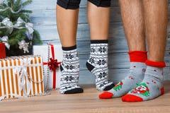 Ноги девушки и парня в носках, ноги ` s девушки стоят на пальцах ноги Стоковые Изображения RF
