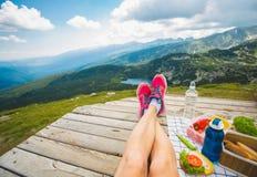 Ноги девушки путешественника Стоковое фото RF